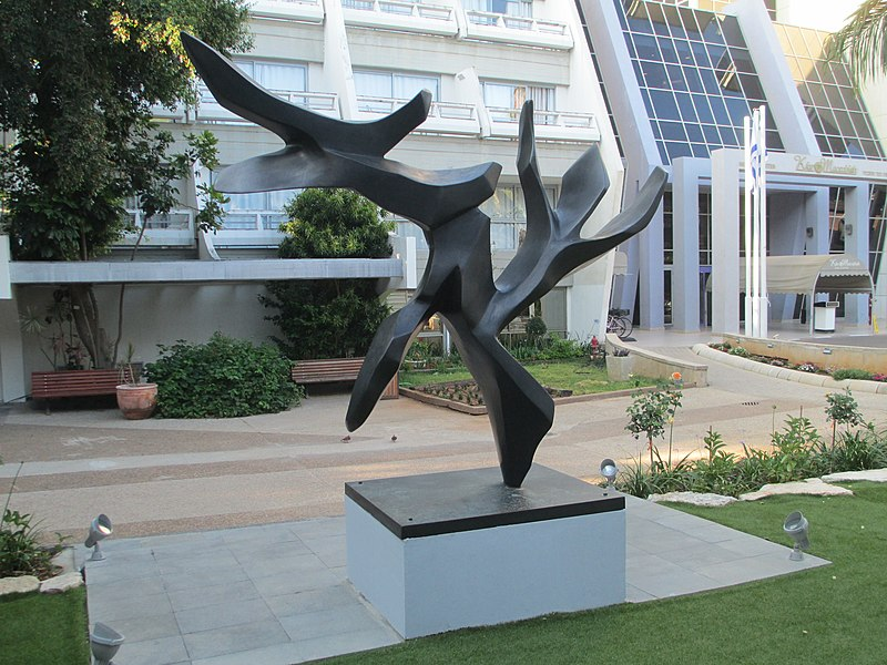 """פסל """"עץ השלום"""" בכפר המכביה"""