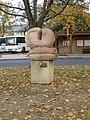 """Plastika """"Hovory z Lán"""" u autobusové stanice ve středu Lán (Q66564888) 01.jpg"""