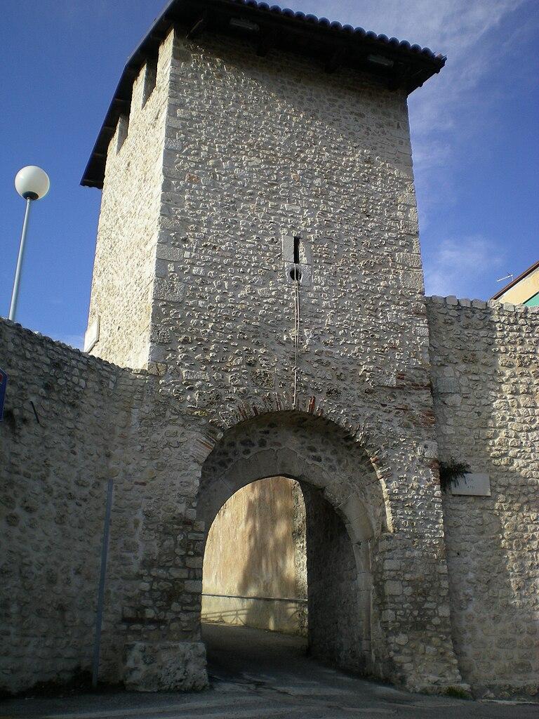 file porta leoni l 39 aquila jpg wikimedia commons
