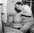 Pottenbakker aan het werk op de schopstoel, Bestanddeelnr 252-8894.jpg