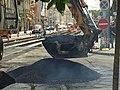 Praha, Smíchov, Anděl, rekonstrukce trati v Nádražní ulici, nabírání asfaltu.JPG
