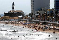 Praia do Farol da Barra cheia de banhistas, um dia antes da abertura do Carnaval 2008.