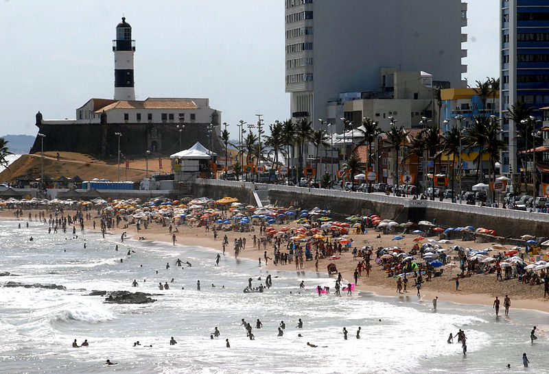 Ficheiro:Praia da Barra na véspera do Carnaval 2008 de Salvador.jpg