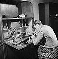 Prins Bernhard bezig met het monteren van een film, Bestanddeelnr 255-7729.jpg