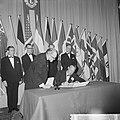 Prins Bernhard reikt de 50e Charter uit aan de Lions Club Amsterdam in Hiltonhot, Bestanddeelnr 916-1114.jpg