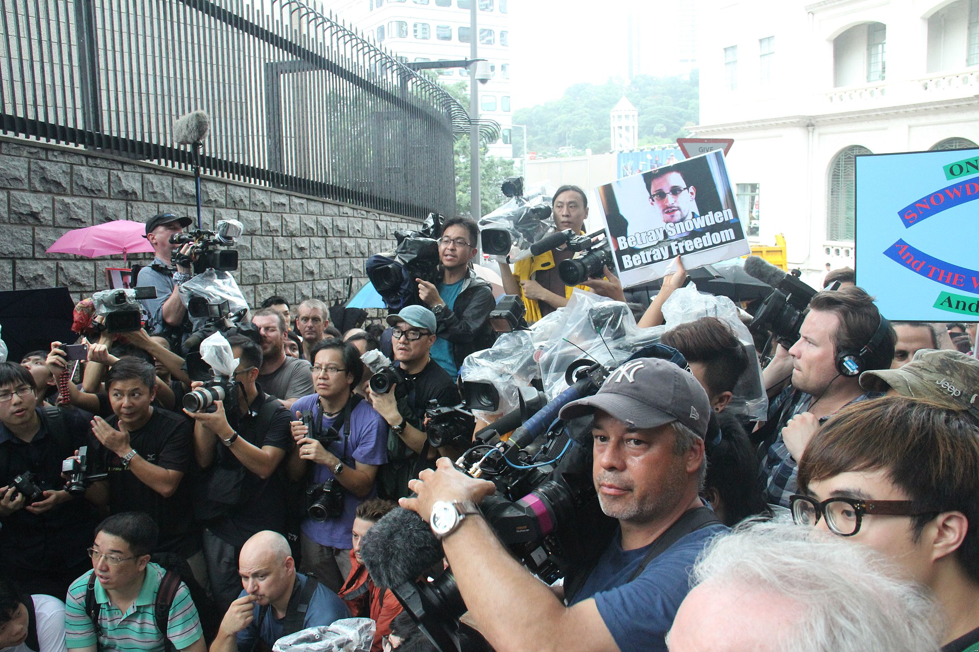 Protesters rally in Hong Kong to support Edward Snowden 05.jpg
