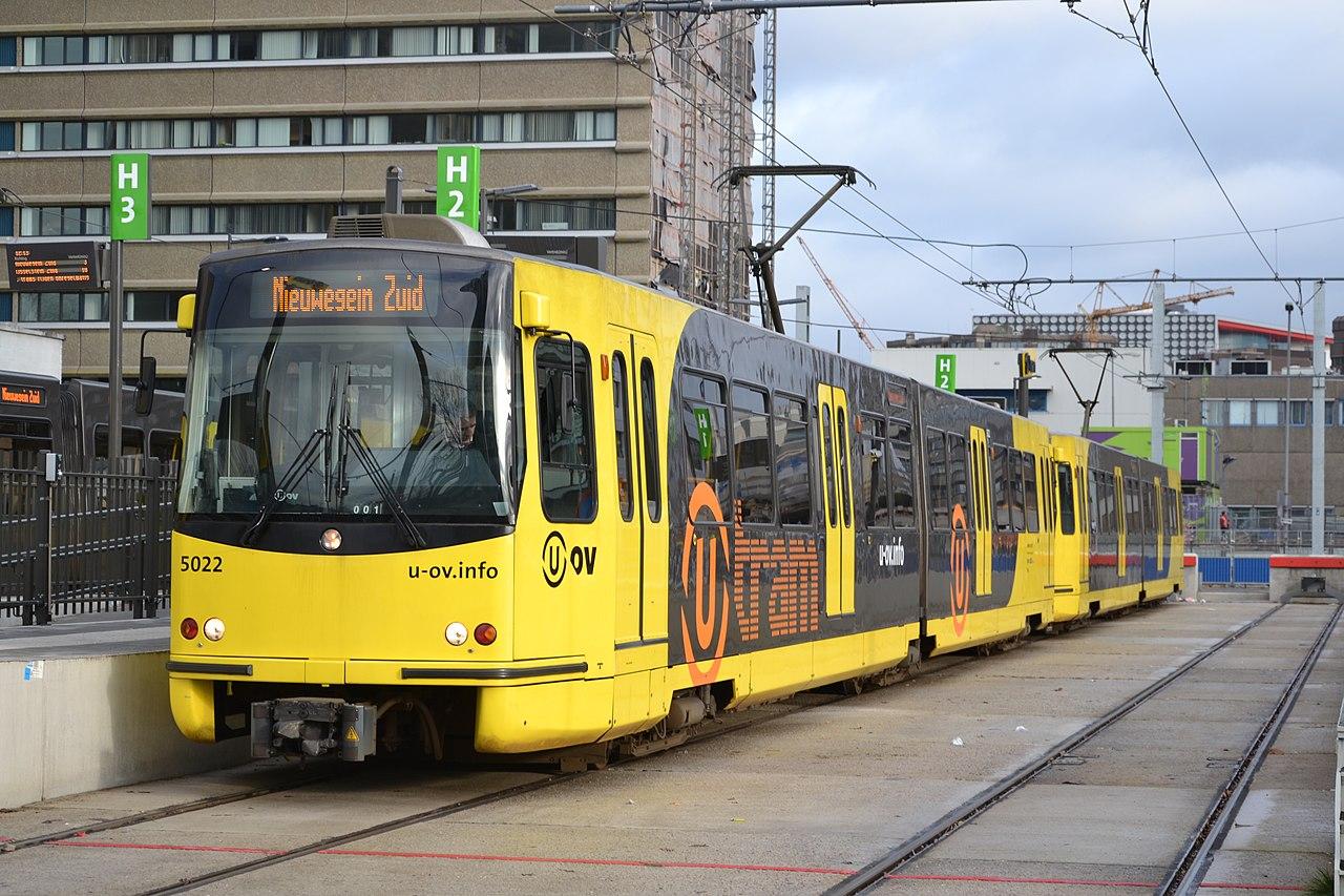 Qbuzz 5022 als U-tram, Jaarbeursplein.JPG