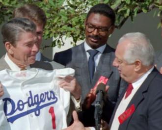 Alejandro Peña - Peña (center) with Ronald Reagan (left) and Tommy Lasorda in 1988