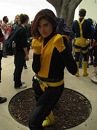Cosplay de Kitty Pryde, la peluche représente son dragon Lockheed