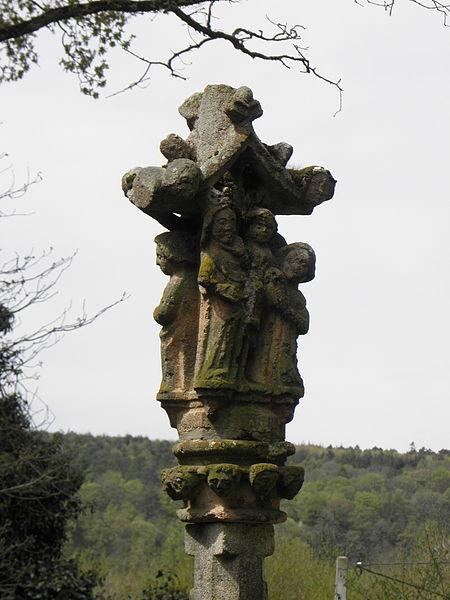 Chapelle Saint-Adrien en Saint-Barthélémy (56). Fontaine-calvaire. Détail. Vierge à l'Enfant et Saint.