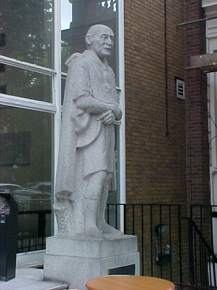 Statue of Baden-Powell, in front of Baden-Powell House in London. Sculpture of Robert Baden-Powell by Don Potter, 1960.jpg