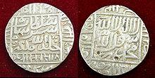 Moedas de prata com escrita em relevo