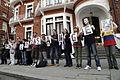 Simpatizantes de Julian Assange se reúnen en los exteriores de la embajada ecuatoriana en Londres. (9058169961).jpg