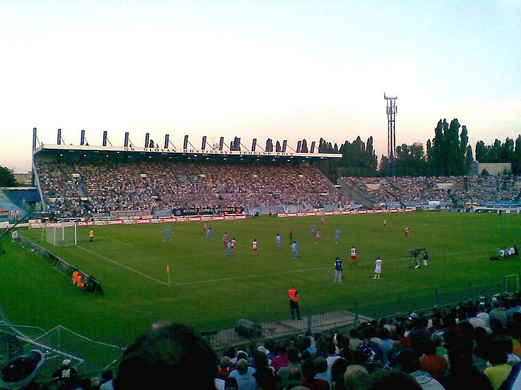 120f279ff5f8d File:Slovan Bratislava vs. Olympiakos FC, 2009.jpg - Wikimedia Commons