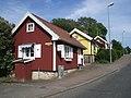 Småhusgytter längs Trädgårdsgatan, sedd från korsningen Östertullsgatan, i Falköping, den 17 juni 2006.JPG