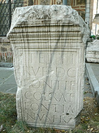 Ratiaria - A grave stone with the inscription about Tettius Rufus, a Decurion and Pontiff of the Roman colony Ratiaria; currently kept at the National Archaeological Institute and Museum, Sofia. The Latin inscription reads: D (is) M (Anibus) / L (uci) Tetti / Rufi dec (urionis) / Pontif (ICIS) / col (onia) Council (Iaria) / Fonteia / nus frat (s)