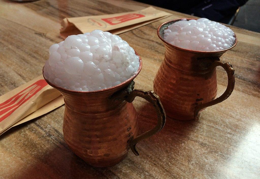 photo sur laquelle figure deux verres traditionnels en cuivre contenant un bel Ayran bien mousseux