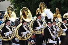 Sousaphone werden beim Freedom Festival 2011 gespielt