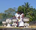 Sri Dalada Maligawa-Famille brûlant de l'encens.jpg