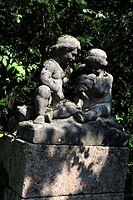 Steinskulptur im Rosengarten an der Isar.jpg