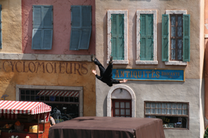 Moteurs... Action! Stunt Show Spectacular - Stunt man falling.