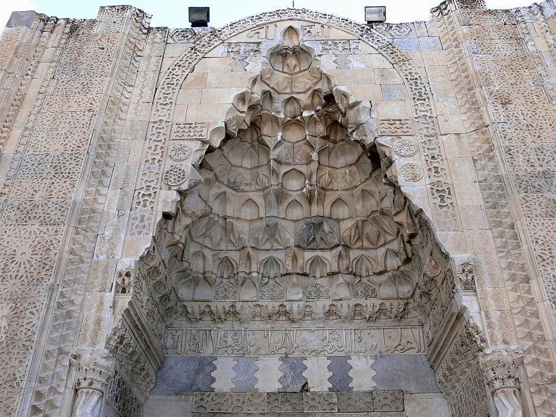 File:Sultanhani - Portal außen 2 Muquarnas.jpg