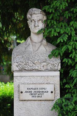 Sveštarot - SR statue.JPG
