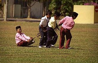 Malaysian Malay - Image: Tarik upih pinang