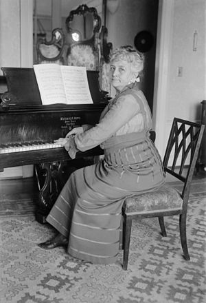 Teresa Carreño - Carreño at piano in 1917