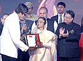 "The President, Smt. Pratibha Devisingh Patil presenting the ""Manbindu Award"" of Lokmat Maharastrian for the Year 2011 to Shri Amitabh Bachchan, in Mumbai on December 21, 2011.jpg"