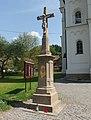 Trnava (ZL), kříž před kostelem.jpg