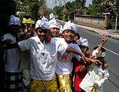 Anak-anak Ubud mengenakan udeng, kemeja putih dan kain.