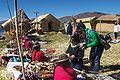 Uros vendiendo sus artesanias.jpg