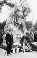 Vabadussõja mälestussamba juures Amandus Adamson, ERM Fk 2813 198.jpg