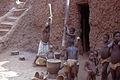 Village Bozo, Mopti, Mali. Jeunes filles pilant le mil. Date du cliché 1972-12-26.jpg