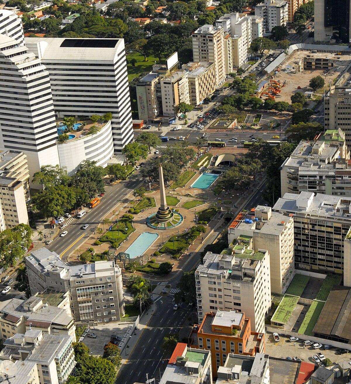 1200px Vista_a%C3%A9rea_de_la_Plaza_Altamira_de_Caracas
