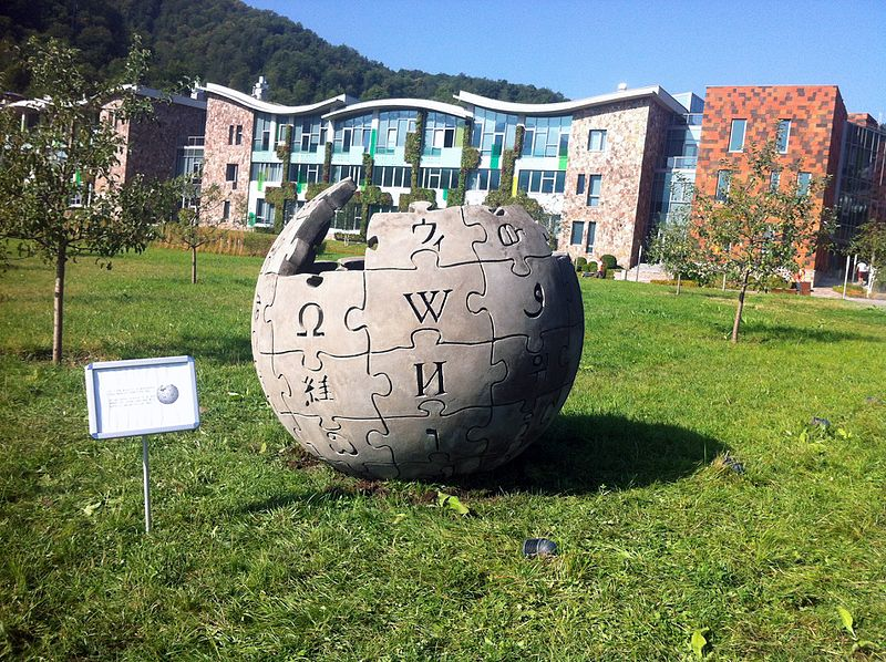 File:WCSAGreece @ WMCEE2016 Wikipedia Scupture Unveiled @ UWC Dilijan.jpg