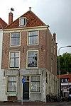 foto van Huis met eenvoudige lijstgevel, benedenstuk gepleisterd