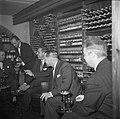 Wijnproeverij in de wijnkelder van het restaurant, Bestanddeelnr 252-8857.jpg