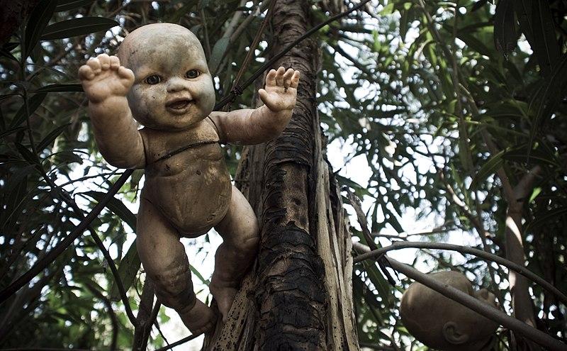 File:Xochimilco (isla de las muñecas).jpg