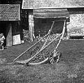 """""""Šatrga"""" (dvokolesni voziček) za prašičem ali kravam """"frišnega"""" pripeljat, Male Lašče 1960.jpg"""