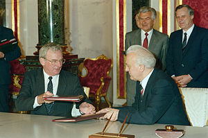 Bill Hayden - Hayden in 1987, signing an agreement with Soviet Foreign Minister Eduard Shevardnadze (right).