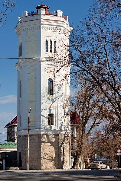 Водонапірна башта «Білий басейн» у Феодосії. Фото завантажене в рамках фотоконкурсу «Вікі любить пам'ятки 2012», під час конкурсу статей «Пам'ятки України: Крим» про пам'ятку створена стаття. Автор фото — Derevyagin Igor (ліцензія CC-BY-SA-3.0)