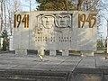 Мемориальная стела и Вечный огонь на братском воинском захоронении.jpg