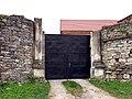 Монастир домініканців - Мурована огорожа з брамою.jpg
