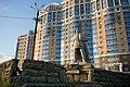 Памятник Е. Пугачеву на фоне дома.jpg