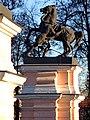 Пилоны ворот с конными скульптурными группами. Левая группа (1).jpg