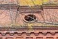 Яконово колокольня Богоявленской церкви круглое окно второго яруса.jpg