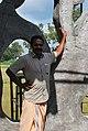 എ. ഗുരുപ്രസാദ് തന്റെ ശില്പത്തിനരികില്.JPG
