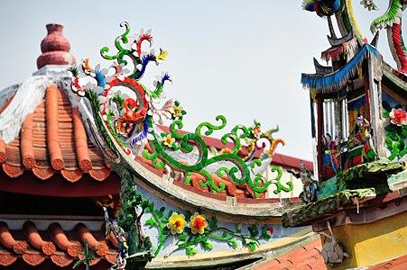 鳳山龍山寺屋頂的剪瓷雕.jpg